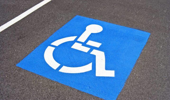 Des places de stationnement pour les personnes à mobilité réduite